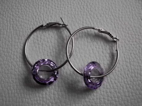 Trendy kruhové náušnice s fialovým kameňom,