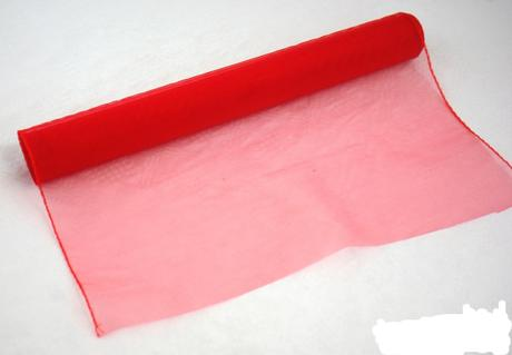 organza červená, lemovaná,