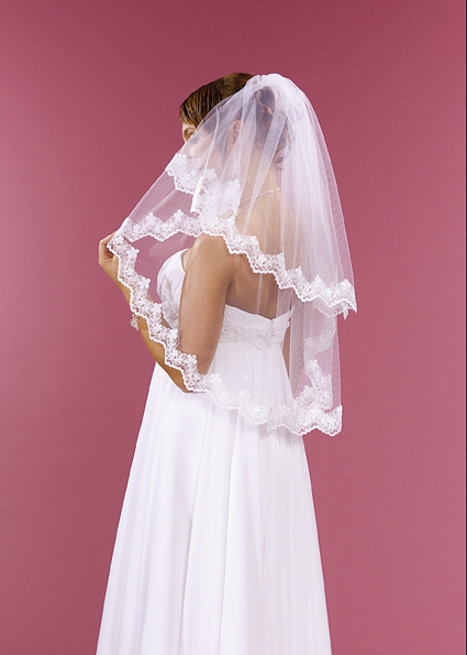 svatební bílý závoj s krajkovým lemem,