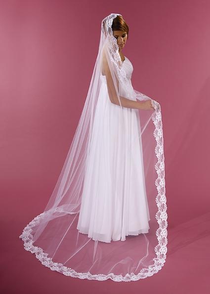 svatební závoj, d. 250 cm, zdobený krajkou ,