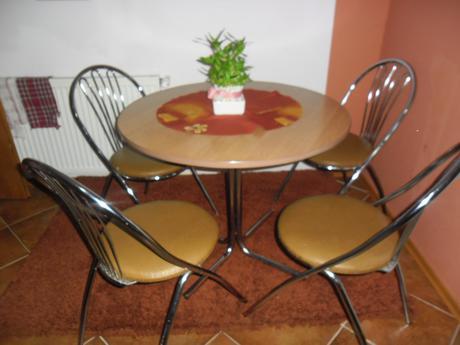 kuchynský stôl zo stoličkami,