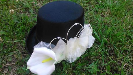 černý nebo bílý cylindr s kalou,