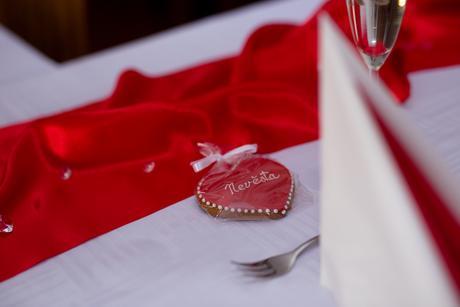 Satén na svatební tabuli či židle,