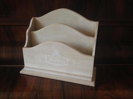 Dřevěný stojan na svatební tiskoviny,