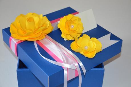 Menovky zdobené papierovými kvetmi,