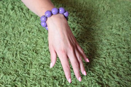 fialový dřevěný náramek,
