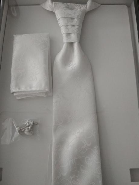 Biela vesta s fr. kravatou, vreckovkou a gombíkmi, 40