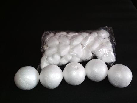 Polystyrenové srdíčka + polystyrenové koule,