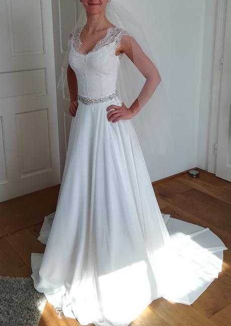 Svadobné šaty s čipkou - padavý strih, 36