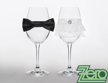 Skleničky pro novomanželé - bílé s ozdobami,
