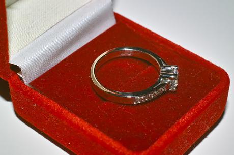 Zlatý prsten z bílého zlata se zirkony ,