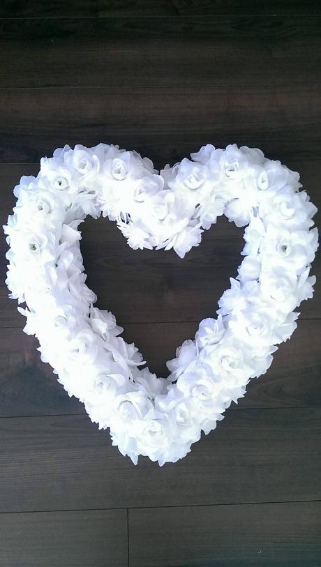 Veľké srdce z bielych ruží,