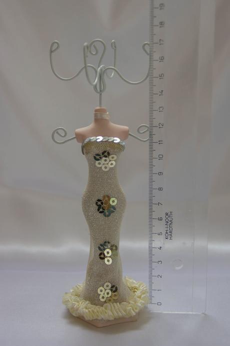Figurínka (stojan) na šperky,