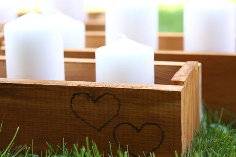 Svíčky v dřevěném truhlíku ,