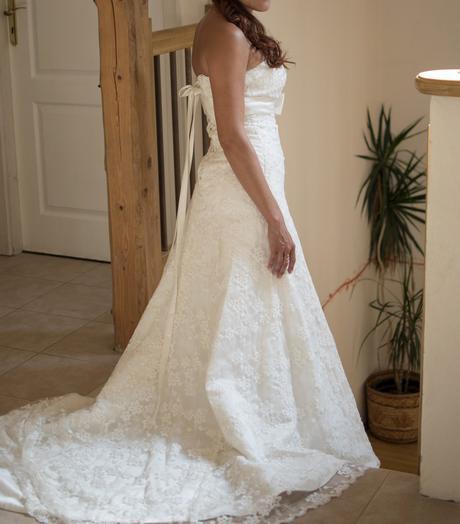 Krajkové svatební šaty s mašlí, 38