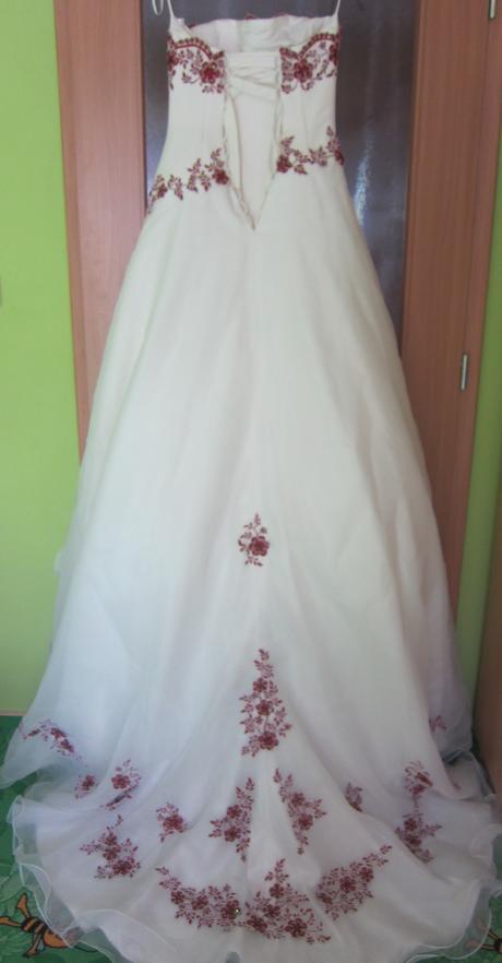 Svatební šaty s vínovou výšivkou , 36