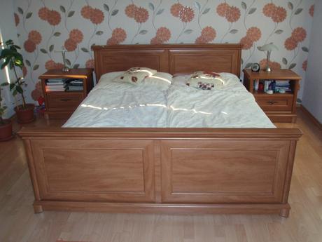 Manželská posteľ s matracom a nočné stolíky,