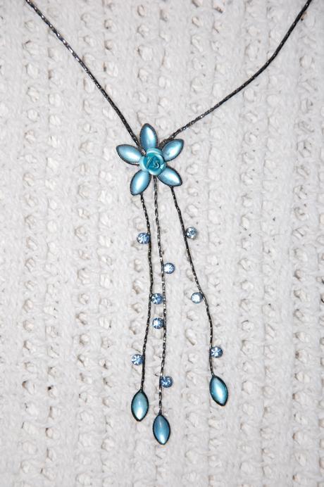 Čierno-modrý náhrdelník s kvietkom,