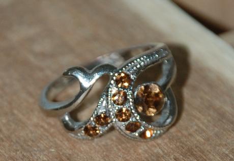 Prsteň s hnedými kamienkami,