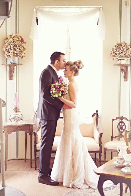 Překrásné krajkové svatební šaty s vlečkou, 36