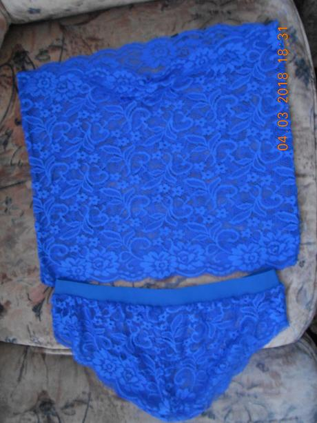 Modra krajková souprava, L