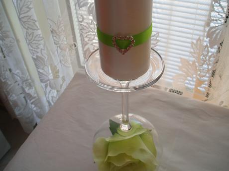 bílá perleťová svíčka zdobená stuhou a srdíčkem,