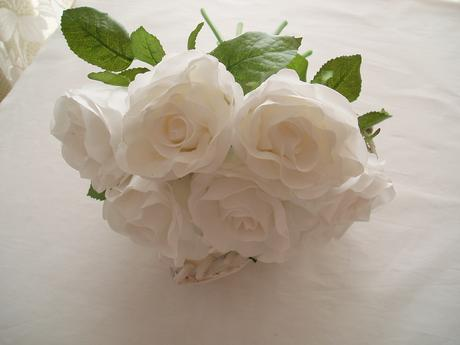 kytice bílých růží,