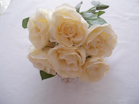 kytice smetanových růží,