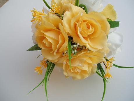 kytice z umělých růží,