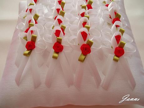 vývazek bílý-červená růžička,