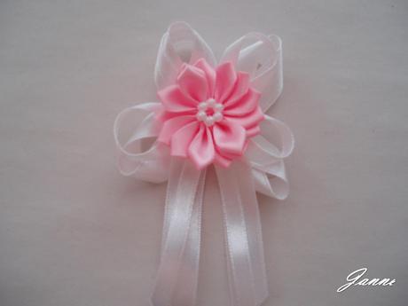 vývazek s růžovou kytičkou,