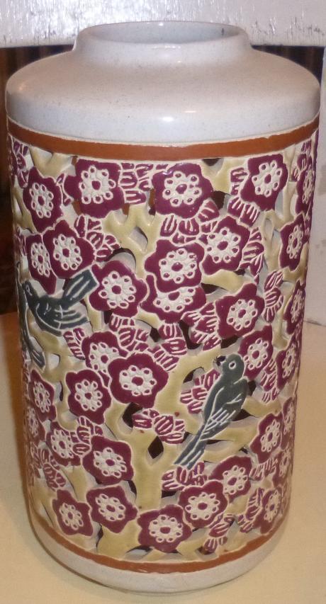 Stará maľovaná váza s otvormi,