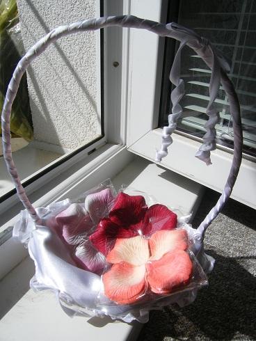 košíček pro družičku +3ks balíčků okvětních plátků,