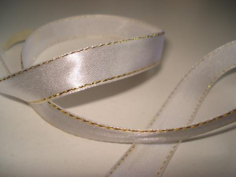 Biela saténová stuha so zlatým lemom. ,