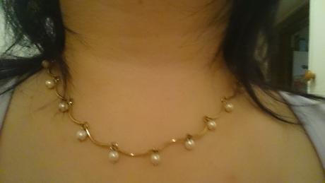 Náhrdelník s bielymi perlami,
