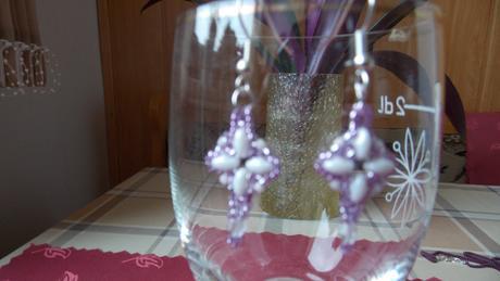 Nenosené náušnice z korálok bielo-fialové,