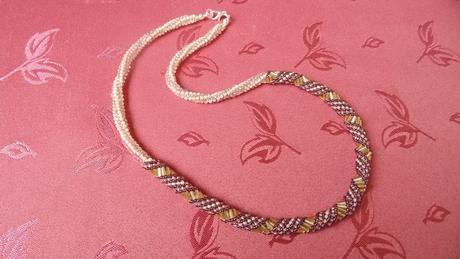 Nenosený fialovo-zlatý točený náhrdelník,