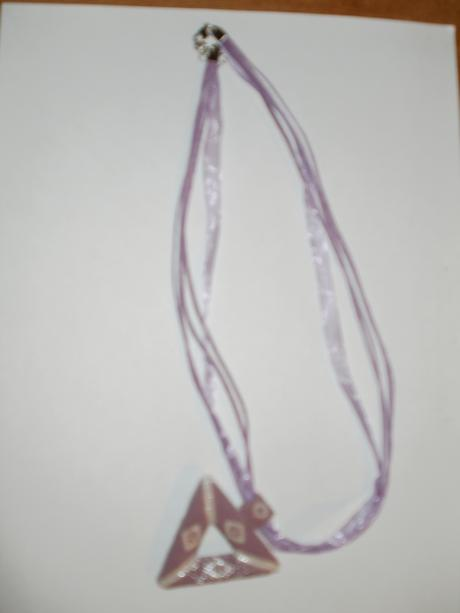 Nenosený fialový prívesok z korálok,