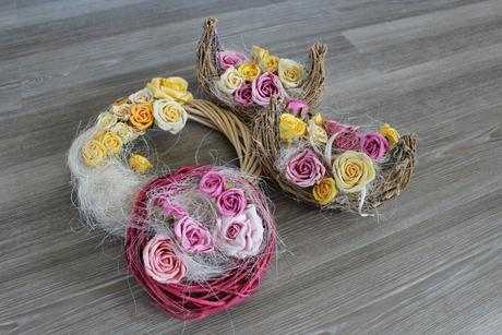 Věnec a dekorace s květinovou výzdobou, růže,