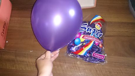 Balonky bílo-šampaň / fialové  + pumpičky + tyčky ,