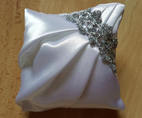 Saténové svatební šaty s vlečkou, 36