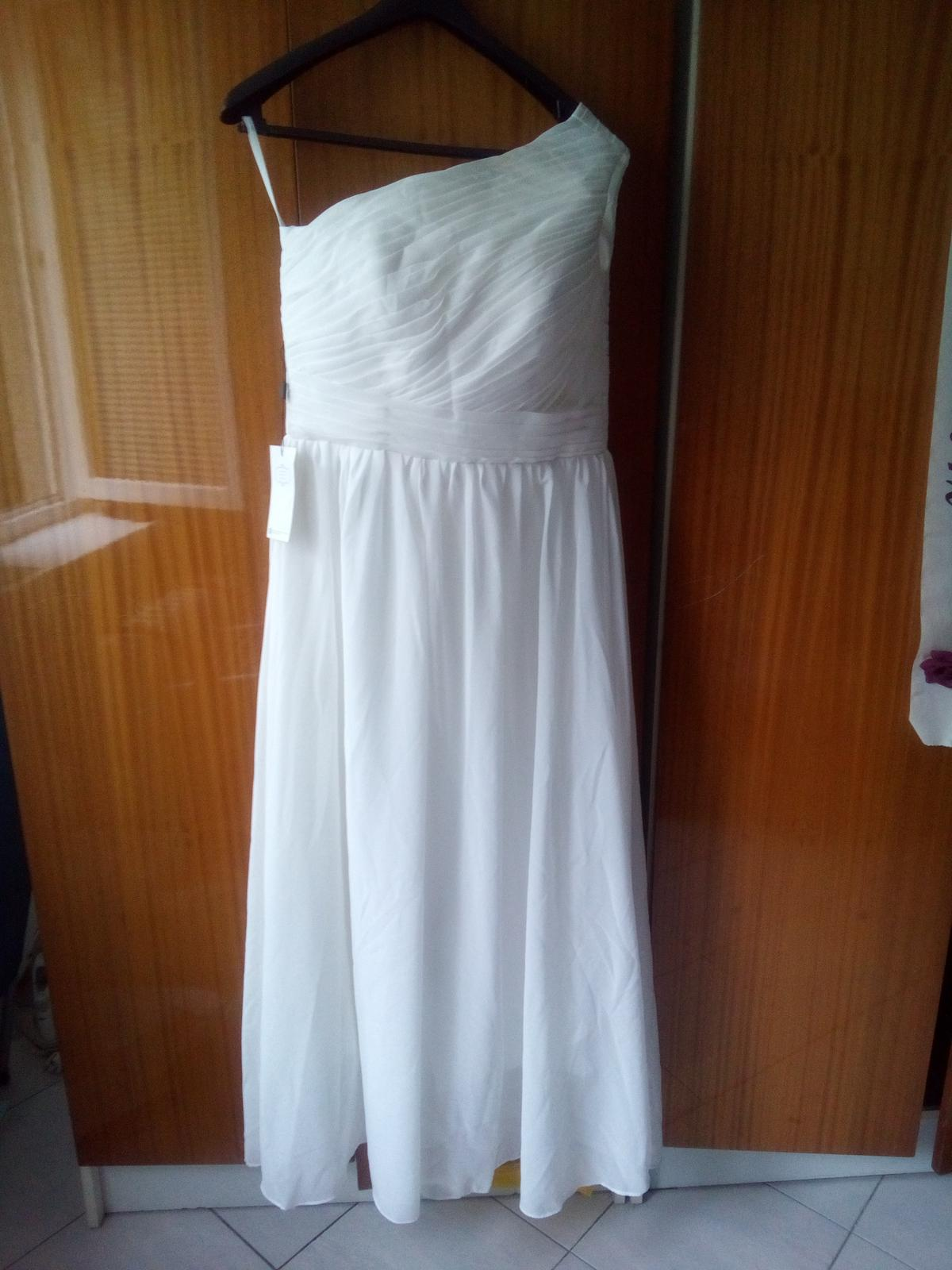 Bílé asymetrické svatební šaty 3351e4396c