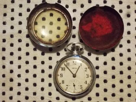 Starozitne natahovacie hodinky v puzdre,