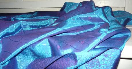 Lesklý modrý obrus  90 x 247 cm,