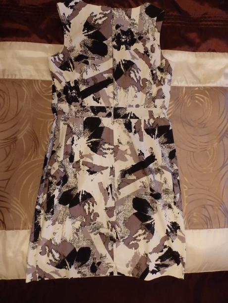 Čierno-biele púzdrové šaty, 40