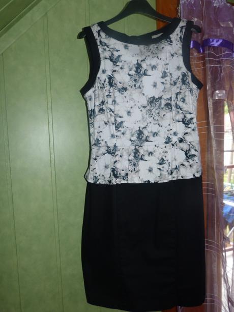 Čierne šaty s kvietkami, 38