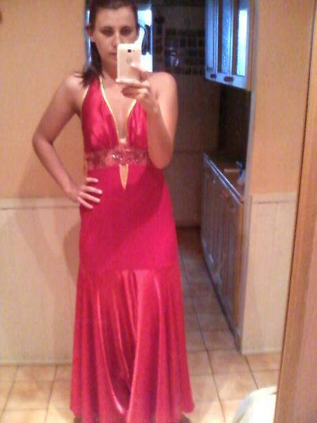 Červeno-zlaté šaty, 38