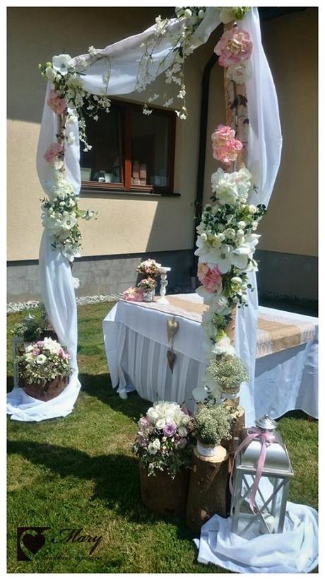 Skladacie stoličky pre svadbu na záhrade,