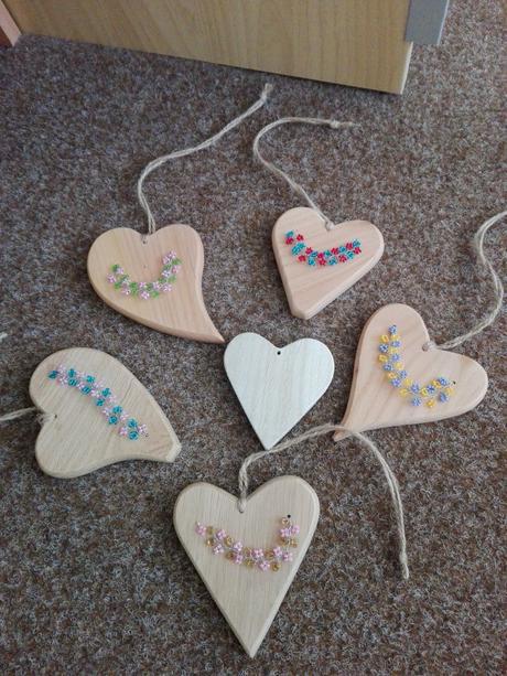 Dřevěná srdíčka s perličkami na pověšení/dekorace ,