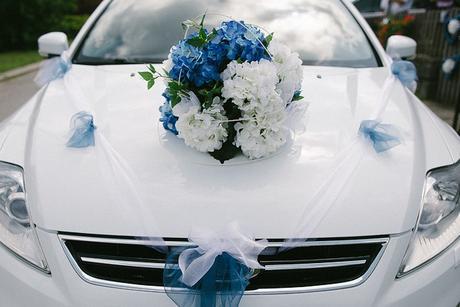 Cylindr a svatební kytice na auto,